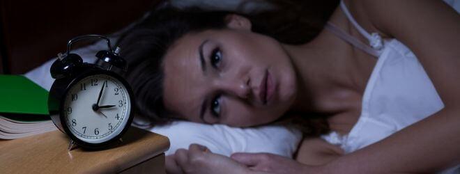 femme dans son lit n'arrivant pas à dormir